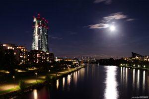 Frankfurt in der Nacht: Vollmond an der Europäischen Zentralbank